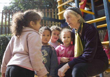 Ute Craemer mit Kindern aus dem Kindergarten 2014