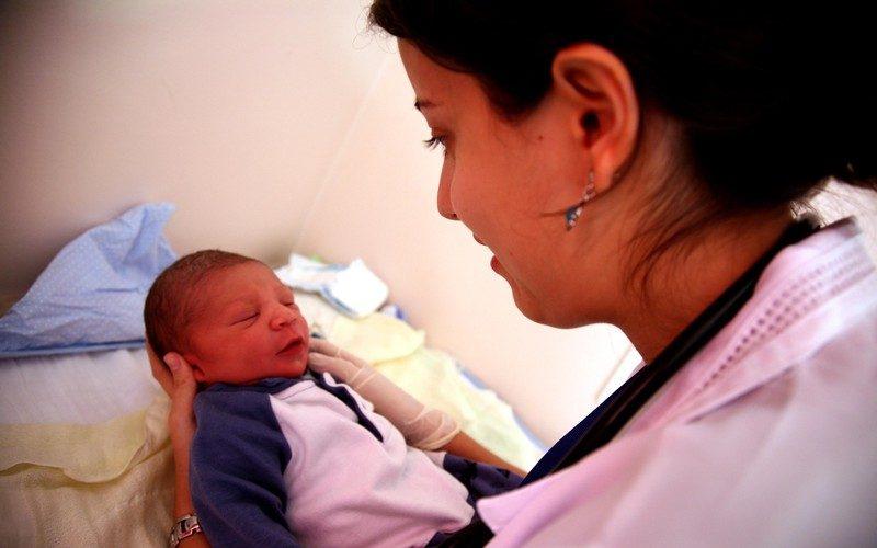 Ärztin mit Baby Mutter und Kind