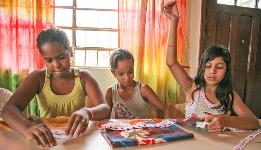 Mädchen lernen Nähen im Hort