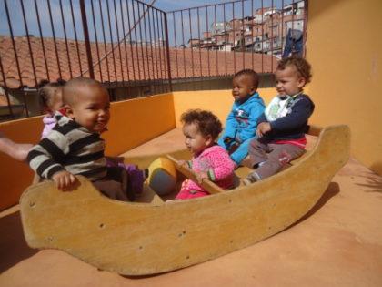 Kinderkrippe, Kinder im Holzschiff