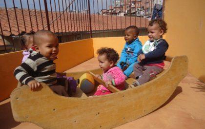 Kinderkrippe Kinder wippen im Holzschiff
