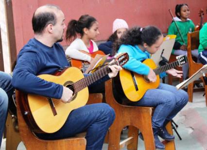 gitarre spielen in der favela
